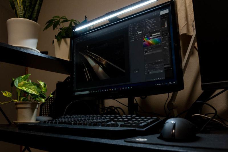 BenQ ScreenBar e-Reading Lampのイメージ画像、使用例